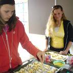 Helga en Mariska verzorgen de worstbroodjes van bladerdeeg.