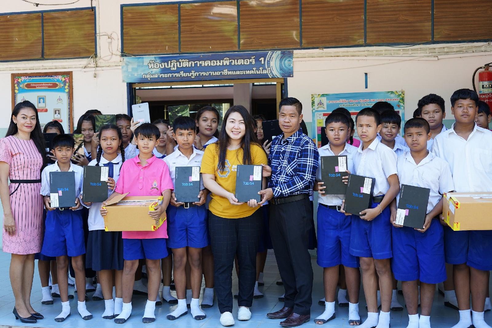 """Samsung ร่วมกับ โครงการร้อยพลังการศึกษาส่งเสริมการเรียนออนไลน์แก่โรงเรียนที่ขาดโอกาส ผ่านโครงการ """"มือถือนี้ พี่ให้น้อง(เรียน)"""""""