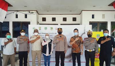 Kapolres Metro Bekasi meninjau Pelaksanaan Gerai Vaksinasi Merdeka di Halaman Kantor Kecamatan Sukatani