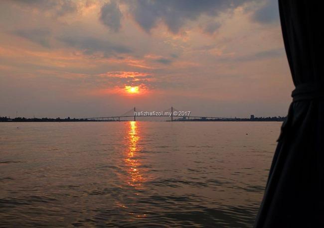 matahari terbenam di sungai mekong