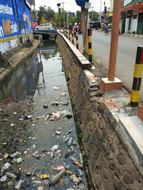 Sungai Jl Sawunggaling penuh sampah