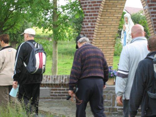Gepakt met een rugzak en een rozenkrans bij de hand,  biddend en zingend van kapel naar kapel stappen.