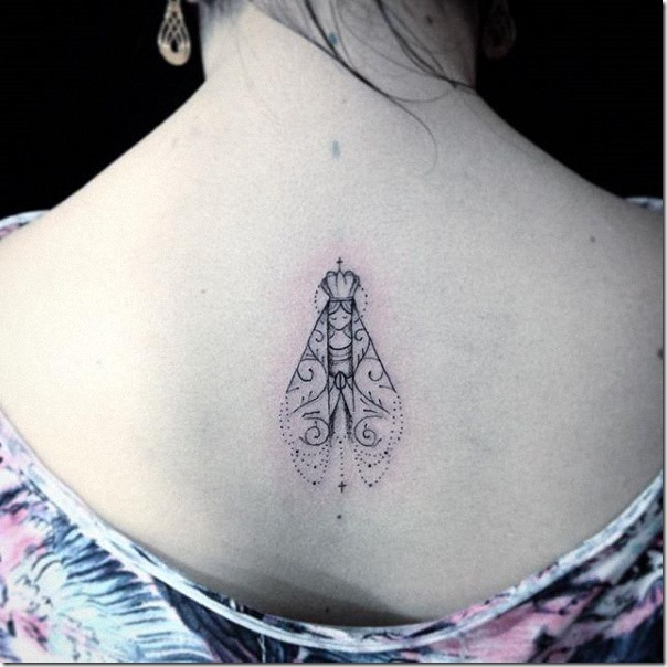 tatuaje_de_nuestra_señora_de_aparecida_en_tonos_de_gris_en_la_espalda