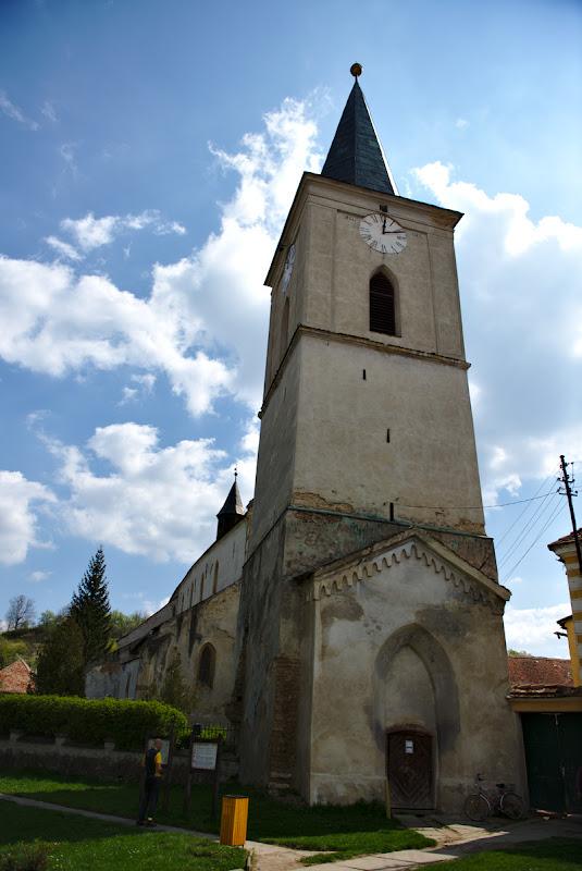 La pauza de alimentare din Richis, intre biserica si birtul comunal.