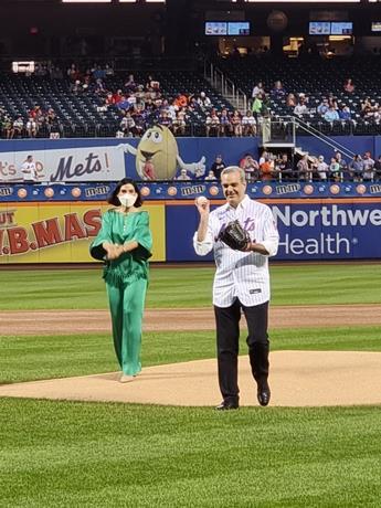 Presidente Luis Abinader lanza primera bola en partido de los Mets y Filadelfia