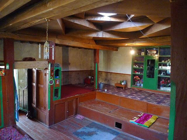 Jawshangoz : notre lieu de séjour, la maison derrière l'école. 3500 m, le 12 juillet 2009. Photo : J.-F. Charmeux