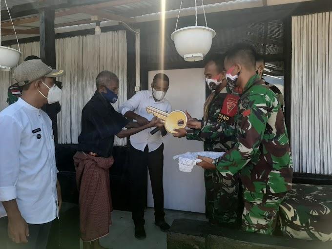 Personel Satgas Pamtas Yonif 742/SWY Bedah Rumah Warga Tulakadi