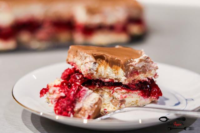 ciasta i desery,ciasto bez pieczenia,ciasto na herbatnikach,szybkie ciasto,ciasto z mascarpone, ciasto z wiśniami, ciasto z frużeliną wiśniową,ciasto z kremem śmietanowym,