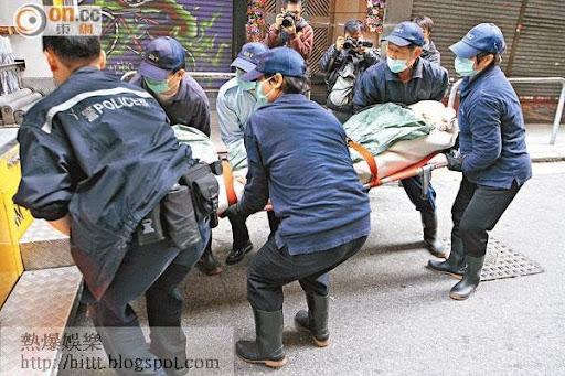 油麻地仵工將男生遺體舁送殮房。