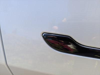 Tesla Model 3 mit schwarz foliertem Türgriff und kleiner Ungenauigkeit an der Kante