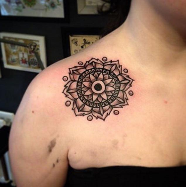 Este simétrico ombro tatuagem