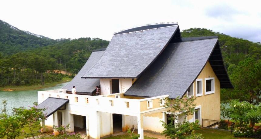 Mái nhà quá dốc dễ làm hao tổn tài lộc của gia chủ