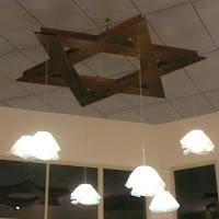 המנורה מאירה את האולם בערב. The chandelier is lighing the room in the evening.