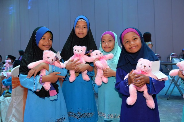 The kids are very happy after receiving the soft toys wishing note