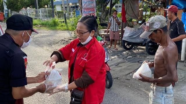 Beli Nasi Bungkus Pedagang Terdampak Covid-19, PDIP Sumbar Bagikan ke Warga untuk Berbuka