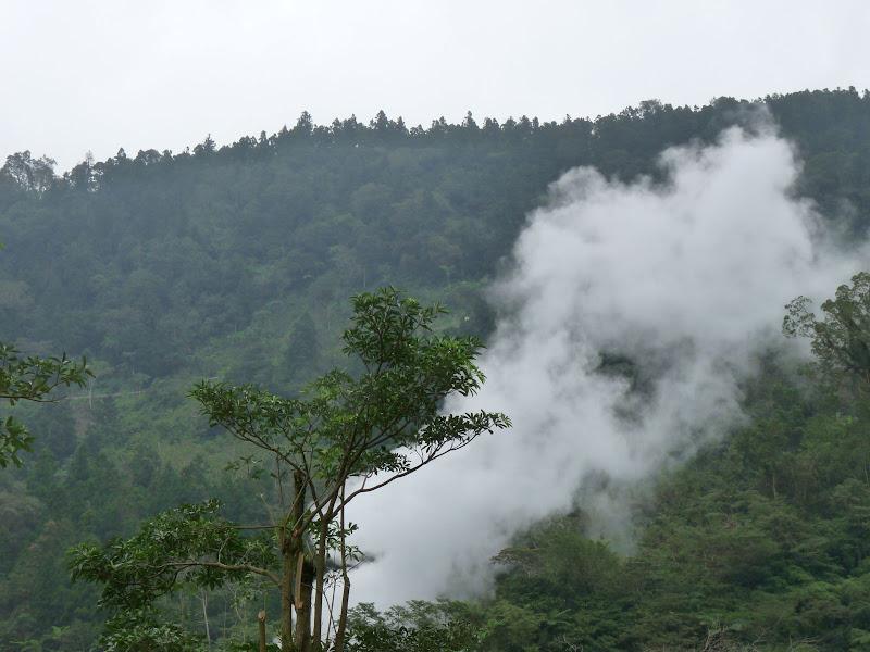 Ylan County.ce n'est pas un feu de forêt mais la vapeur d'une source chaude,plus d une centaine à Taiwan