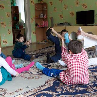 Занятия йогой в детских домах и приютах