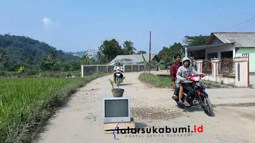 Tanami Pohon Hingga Televisi Ditengah Jalan Warga Sukabumi Blokade Jalan
