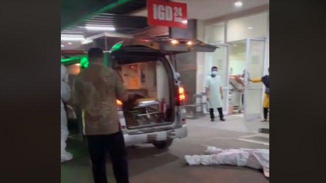 Viral Sopir Ambulans Terkapar di Depan IGD, Masih Pakai APD Diduga Keletihan