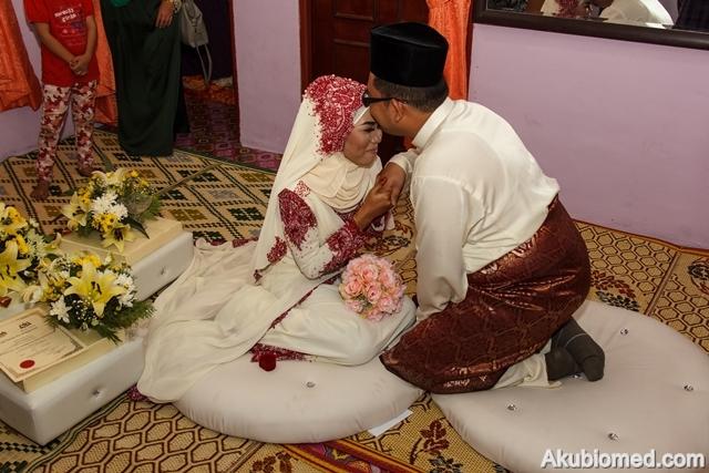 pengantin lelaki kuncup dahi pengantin perempuan