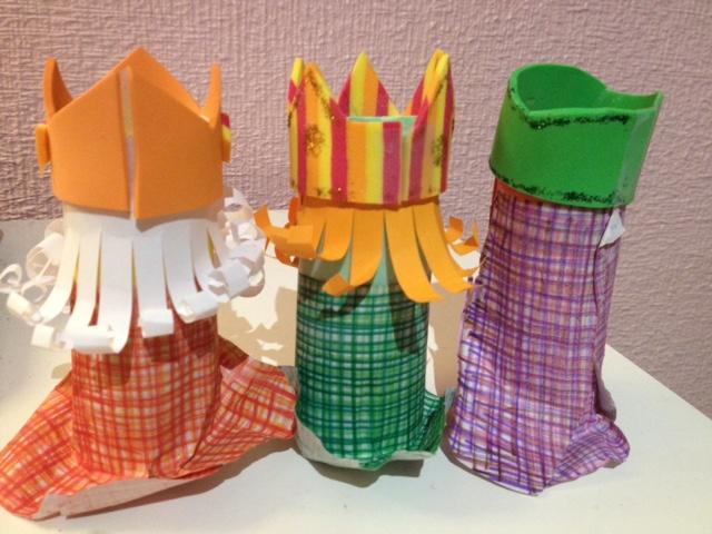 Reyes Magos hechos con rollos de papel higiénico