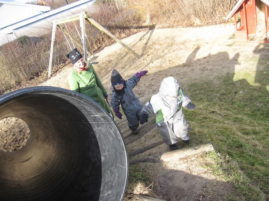 Pernille, Oscar og Aslan på legepladsen i solskin