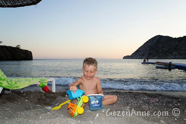 Datça, Kızılbük'te Gabaklar'ın sahilinde oynarken