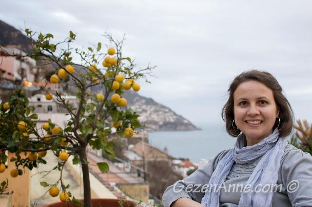 Positano ve deniz manzarasında otururken