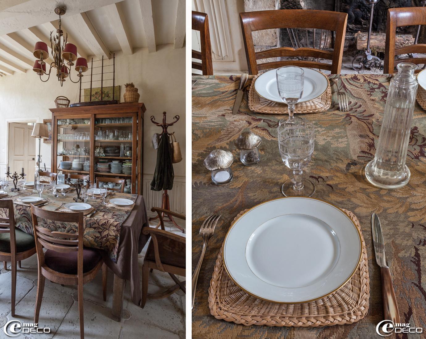 A l'Hôtel de Tailles, maison d'hôtes à Mortagne-au-Perche, une nappe en tapisserie chinée à Moulins-la-Marche. Sets de table en rotin chinés chez Sylvain Chériau à Mortagne-au-Perche