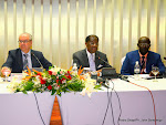 De gauche à droite, Jean Michel Dumond, Ambassadeur de l'Union Européen en RDC, Alexis Thambwe Mwamba, ministre congolais de la Justice et Droits humains et le professeur Raphaël Nyabirungu Mwene Songa le 27/04/2015 à Kinshasa, lors d'une conférence de presse. Radio Okapi/Ph. John Bompengo