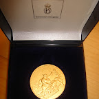 De gouden medaille van de Maatschappij tot Redding van Drenkelingen als blijk van waardering.