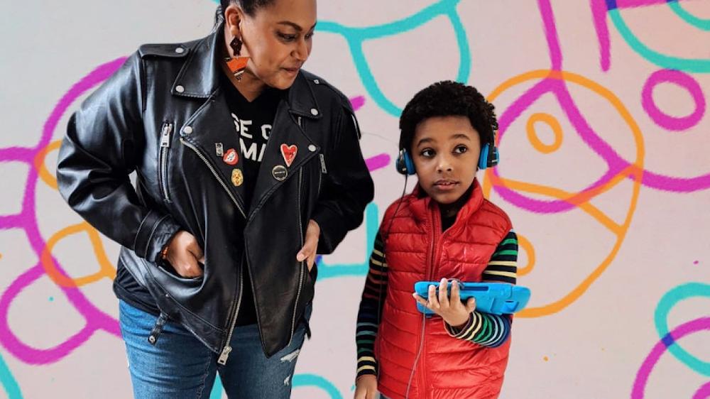 Una madre con su hijo, que está usando un dispositivo de audio