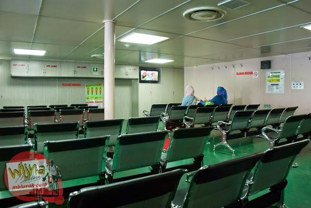 Suasana di dalam ruang tunggu kapal Ferry Virgo 18 di Pelabuhan Merak menuju Pelabuhan Bakauheni dilengkapi AC dan televisi