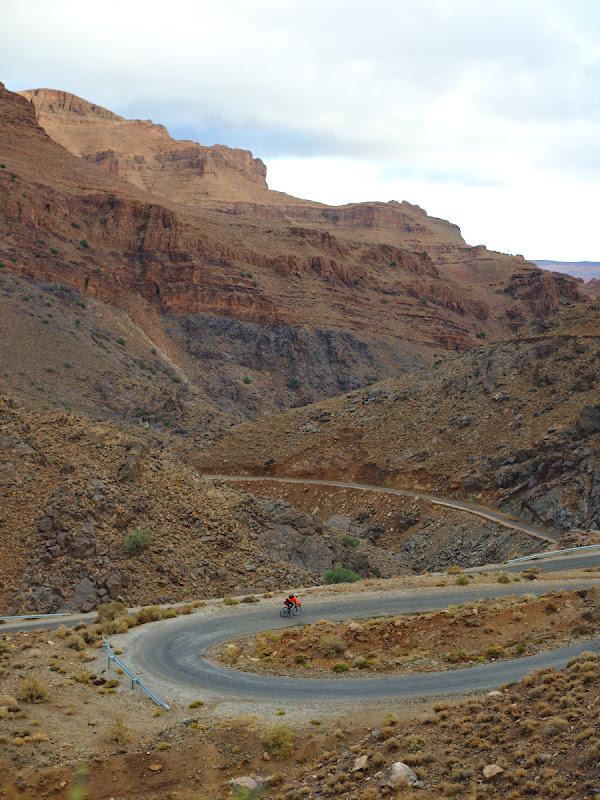 Dupa inca un pas de 1600 de metri urmeaza o coborarea spre oazele din Ait Mansour.