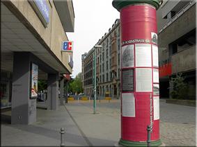 Columna color rosa en recuerdo de las Protestas