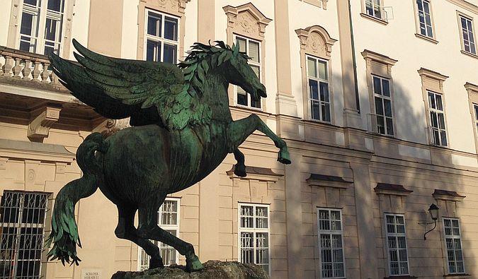 Skulptur 'Fliegendes Pferd' vor Schloss Mirabell, Salzburg