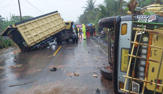 Brak..! 2 Dump Truk Adu Banteng di Jalan Trans Kalimantan, 1 Nyawa Melayang
