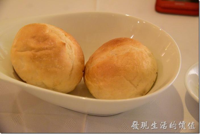 台南-轉角餐廳龍蝦餐廳。點好餐點後會先上餐前麵包,麵包可以免費續…