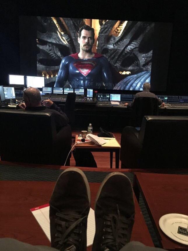Henry Cavill e seu bigodão a la Leôncio nas gravações de Liga da Justiça de 2017.