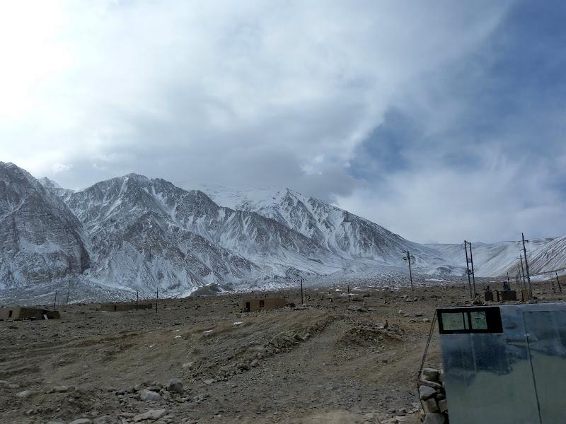 XINJIANG. Karakoram Highway, lune des plus haute route au monde, en passant a 4400 m - P1280663.JPG