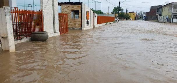 Chuva de 149,5 mm atinge bairros e invade casas em Serra Talhada