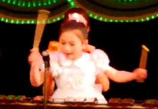 طفله محترفه عزف