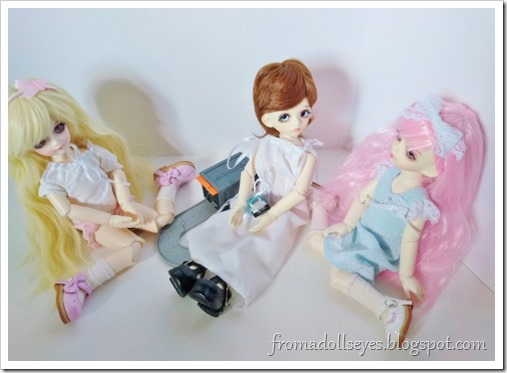 The blond bjd (Sakura) is pouting, the boy bjd (Makoto) is enjoying his new truck and showing it to the pink hair bjd (Yuna).