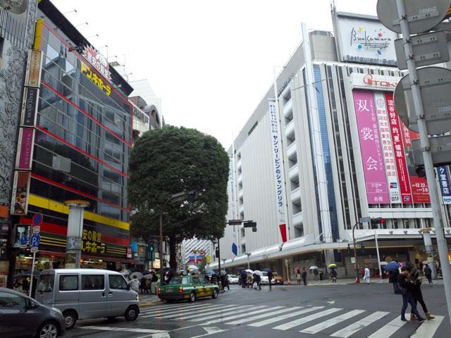 文化村通りにある渋谷東急本店とドン・キホーテのある交差点