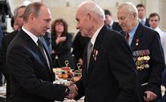 Vladimir-Putin-Heroes-6