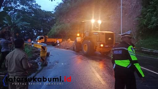 Proses evakuasi tanah longsor di tanjakan leter S Cikidang / Foto Rapik Utama (21/1/2019)