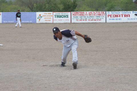 Dagoberto Torres de Yankees en el softbol del Club Sertoma.