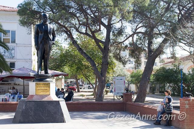 Atatürk heykeli yanında dinlenirken, Seferihisar merkez