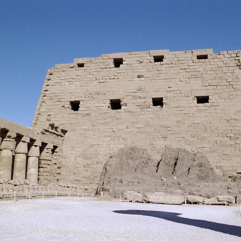 Luxor_06 Karnak Temple Pillars.jpg