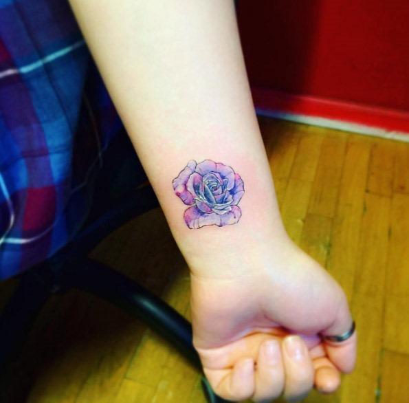 Este violeta e rosa azul no pulso